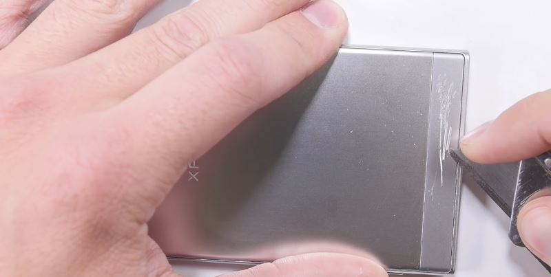 scraching-back-plastic-in-xperia-xz