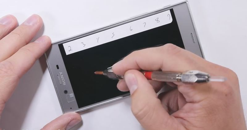 scratching-display-in-xperia-xz